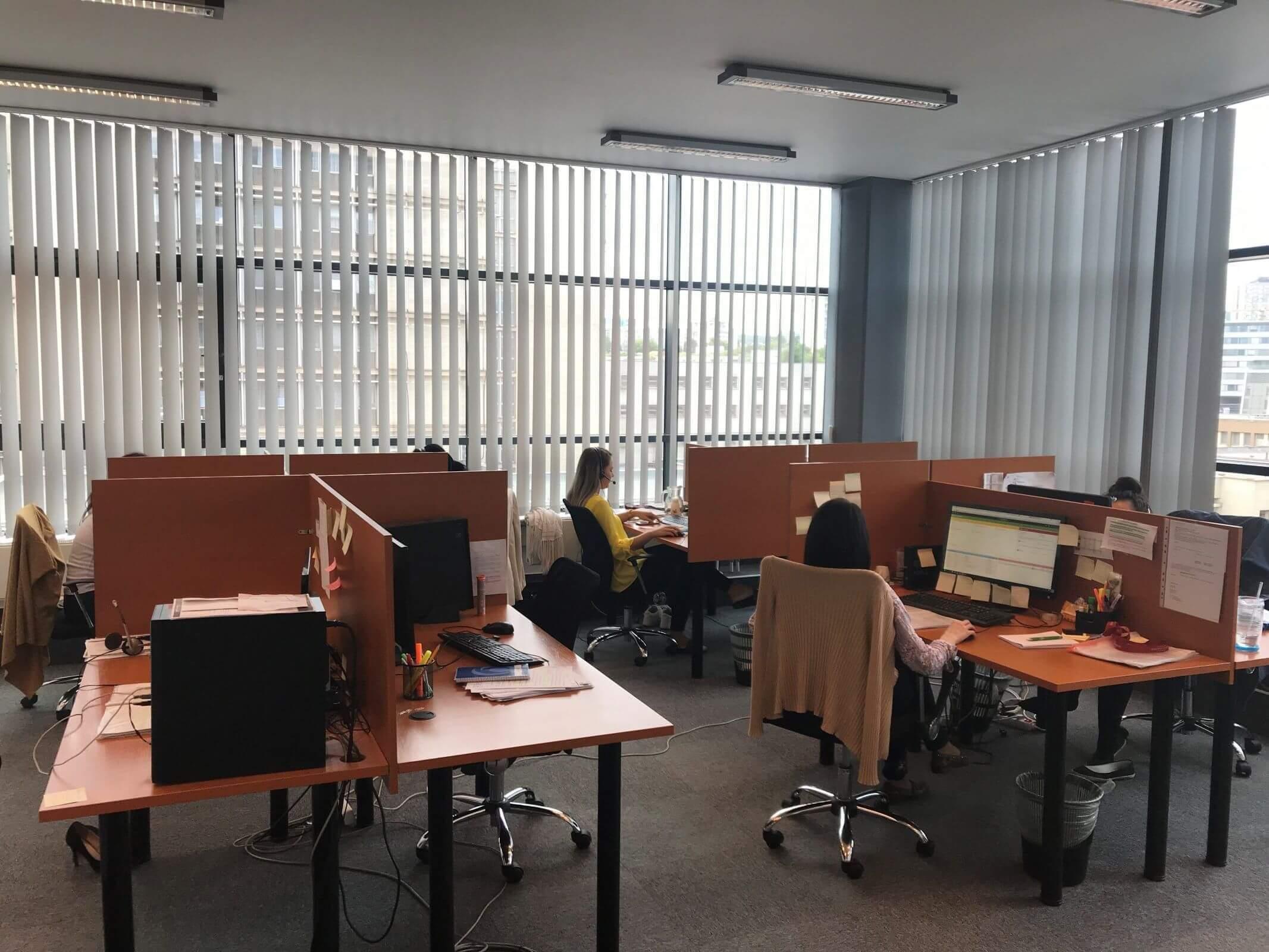 mistnost call centra s operatory na telefonu, ktere zprostredkovavaji praci