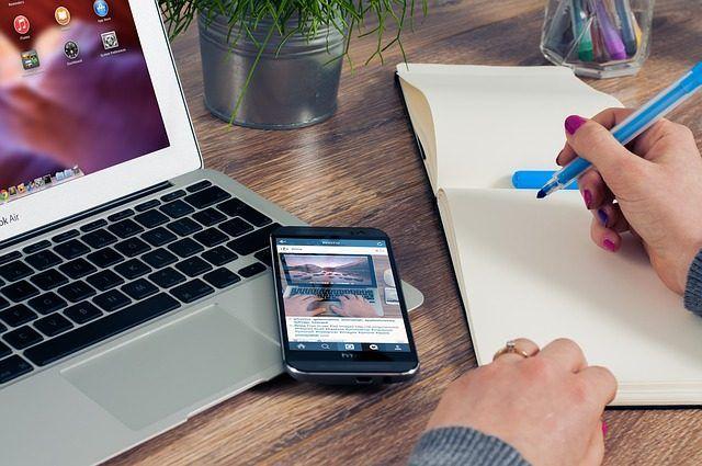 stul s notebookem, mobilem, zapisnikem