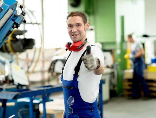 operator vyroby ve vyrobnim podniku v pracovnim odevu