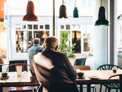 muz sedici v kavarne otoceny zady